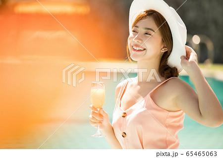 リゾート旅行を楽しむプールサイドの若い女性 65465063