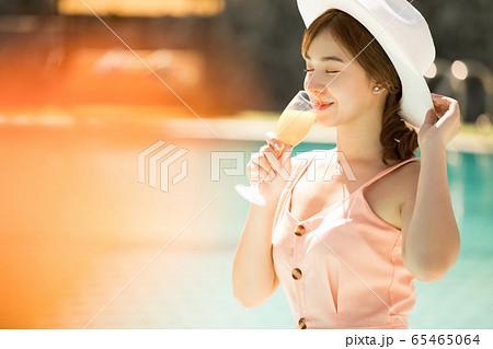 リゾート旅行を楽しむプールサイドの若い女性 65465064