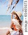 浜辺に座る水着姿の女性 65465073