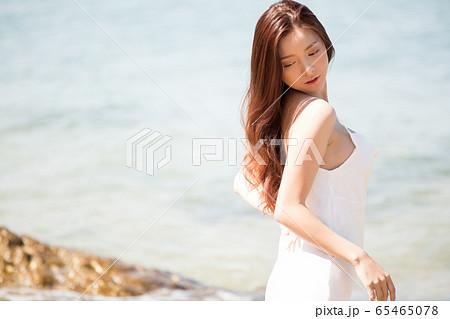 海背景の女性ビューティーイメージ 65465078