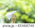 手作りの紙飛行機を持つ若い女性女性 65468740