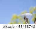手作りの紙飛行機を持つ若い女性女性 65468748