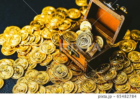 ゴールドと宝箱 65482784