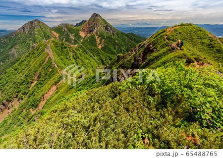 八ヶ岳連峰・権現岳稜線を行く登山者と赤岳・権現岳 65488765
