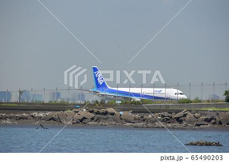 駐機中の大型ジェット飛行機(羽田空港/東京都大田区) 65490203