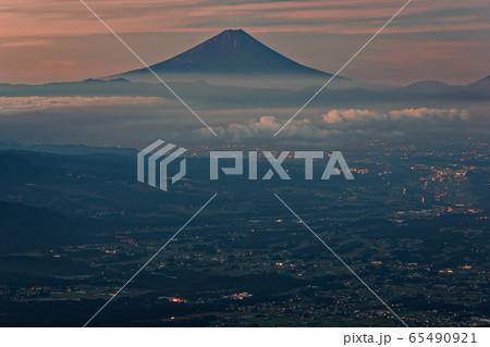 八ヶ岳連峰・編笠山から見る未明の富士山と甲府盆地の夜景 65490921