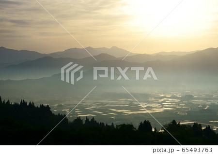 日本有数の米処に雲海を見る、南魚沼の春の早朝の景色 65493763