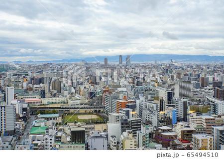 大阪市 都会の景色と遠くに見える海 65494510