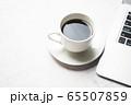 コーヒーとノートパソコン 65507859