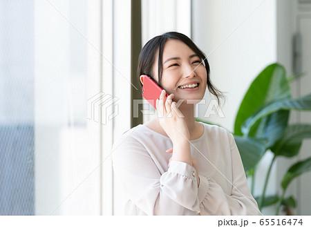 ビジネスウーマン スマホ 65516474