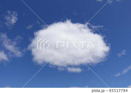 青い空に丸い白い雲 空の掲示板 65517794