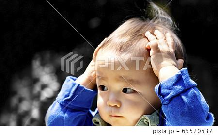 赤ちゃんが両手で頭を抱えているのとコピースペース 65520637