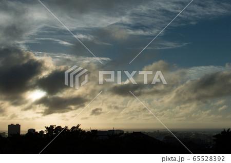 夕暮れ前の空とシルエットの都会のビル 65528392