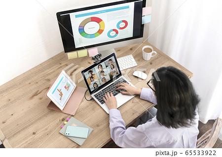 ウェブ会議 テレワーク中の若い女性 イメージ 65533922