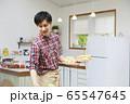 料理をする若い男性 65547645