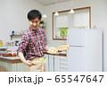 料理をする若い男性 65547647
