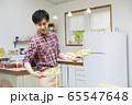 料理をする若い男性 65547648