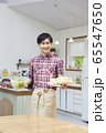 料理をする若い男性 65547650