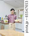 料理をする若い男性 65547653