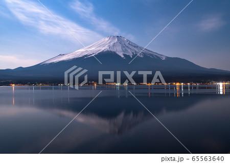 《山梨県》山中湖から望む夜の富士山 65563640