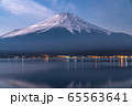《山梨県》山中湖から望む夜の富士山 65563641