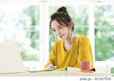 若い女性 テレワーク リモートワーク オンライン会議 オンライン授業 65567956
