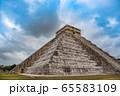 メキシコ チチェン・イッツァの遺跡 ククルカンの降臨の日 65583109
