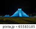 メキシコ チチェン・イッツァの遺跡 ライトアップ 夜のショー 65583185
