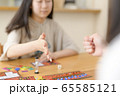 ボードゲームをする家族 65585121