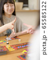 ボードゲームをする家族 65585122