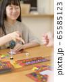 ボードゲームをする家族 65585123