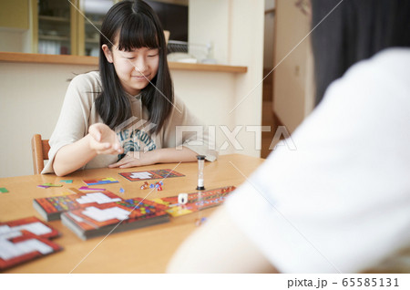 ボードゲームをする家族 65585131