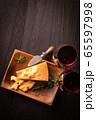 チーズと赤ワイン 65597998