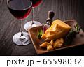 チーズと赤ワイン 65598032