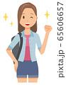 ロングヘアーの若い女性がガッツポーズをしている 65606657