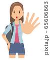 ロングヘアーの若い女性が止めている 65606663