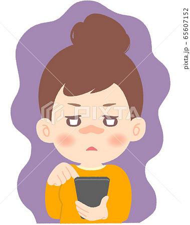 ぼーっとしてスマホをいじり続けるスマホ依存の女性 65607152