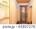 新築住宅 木造注文住宅の玄関 65607278