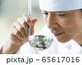 シェフ コック レストラン 料理人 味見  65617016