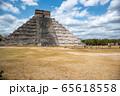 メキシコ チチェン・イッツァの遺跡 ククルカンの降臨の日 65618558