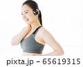 フィットネス スポーツジム 女性 エクササイズ 65619315