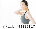 フィットネス スポーツジム 女性 エクササイズ 65619317