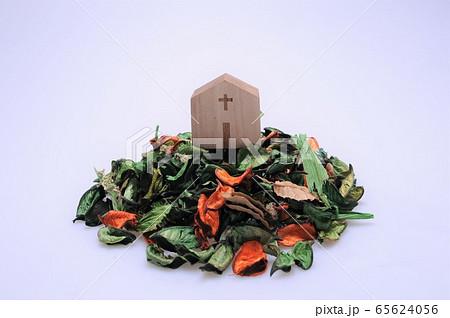 緑色とオレンジ色のポプリの上に置かれた木製の教会 65624056