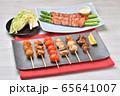 焼鳥、ヤキトリ、やきとり、焼き鳥、串焼きのセットイメージ。 65641007