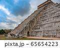 メキシコ チチェン・イッツァの遺跡 ククルカンの降臨の日 65654223