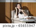 여자,자택근무,독서 65655947