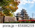 長野県松本市 紅葉時期の松本城 65686259