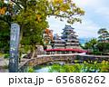 長野県松本市 紅葉時期の松本城 65686262