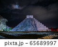 メキシコ チチェン・イッツァの遺跡 ライトアップ 夜のショー 65689997