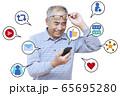 携帯電話でSNSを楽しむ男性 65695280